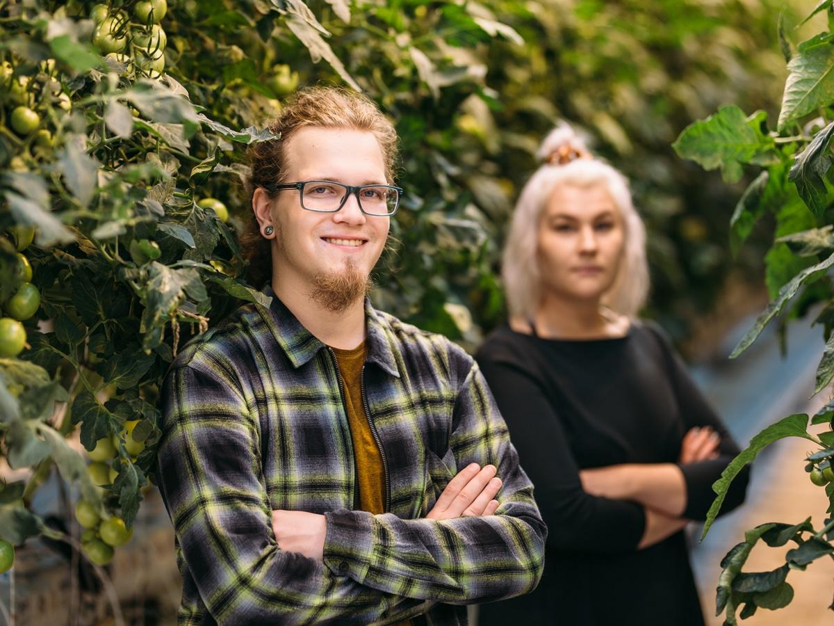 mies ja nainen kasvihuoneessa