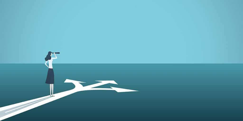 nainen kiikaroi merelle