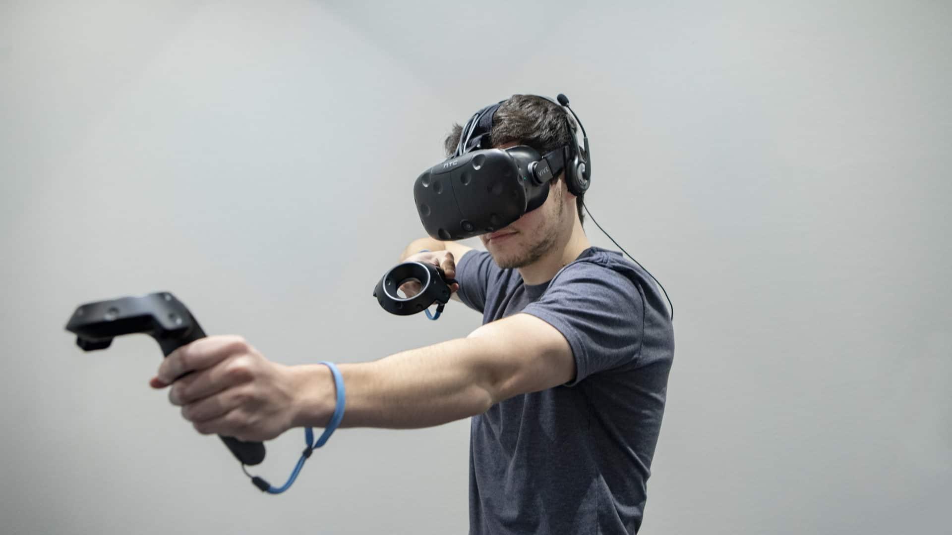 Mies virtuaalilasit päässä