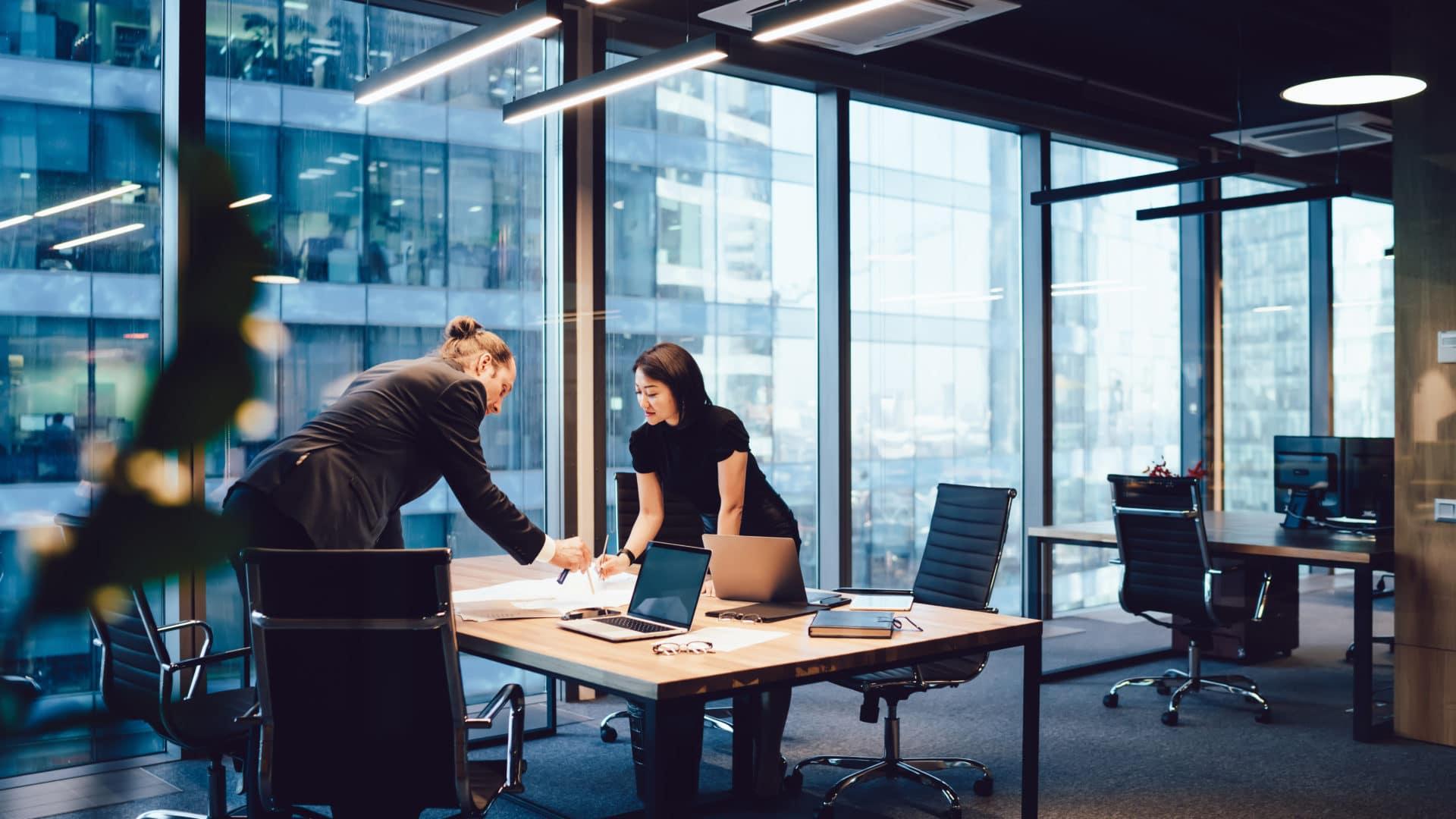Kaksi naista toimistossa