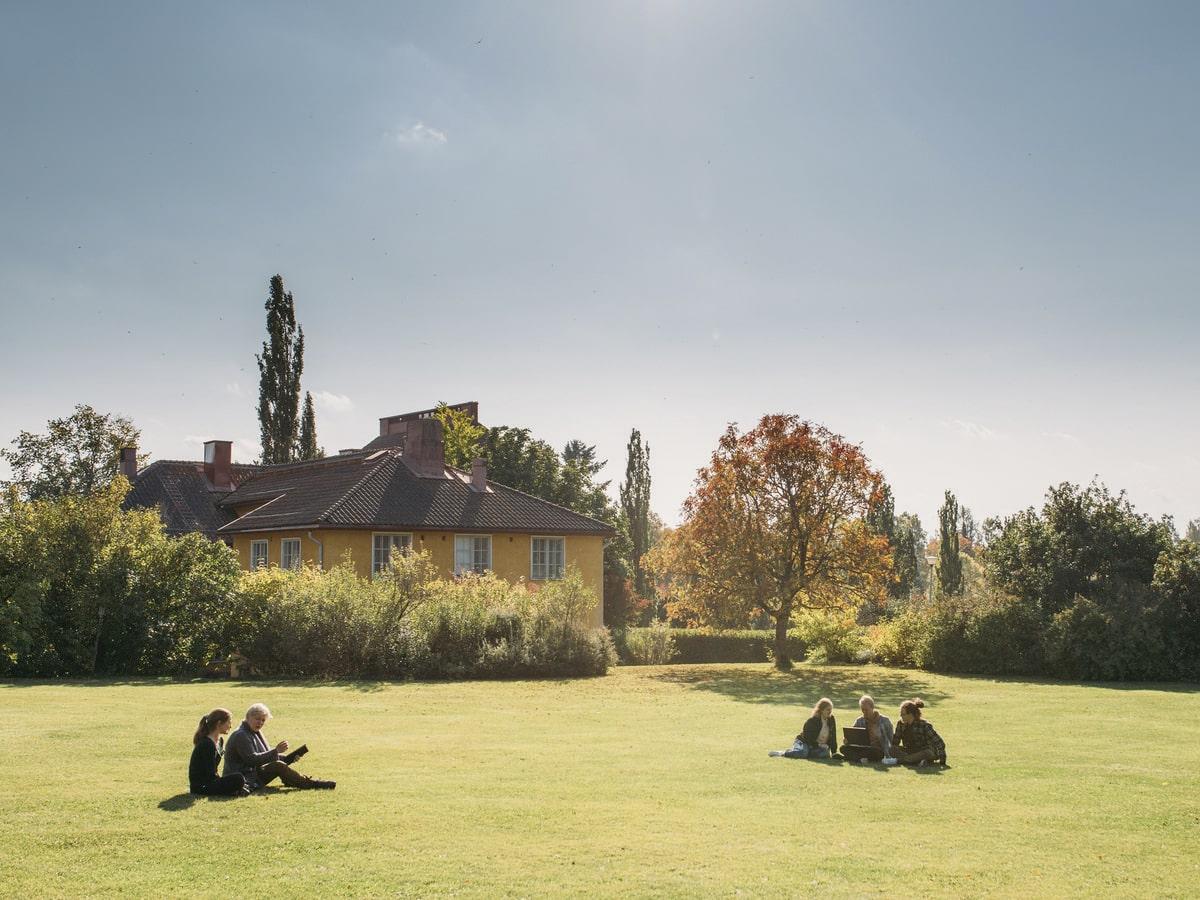 opiskelijat Lepaan puutarhassa