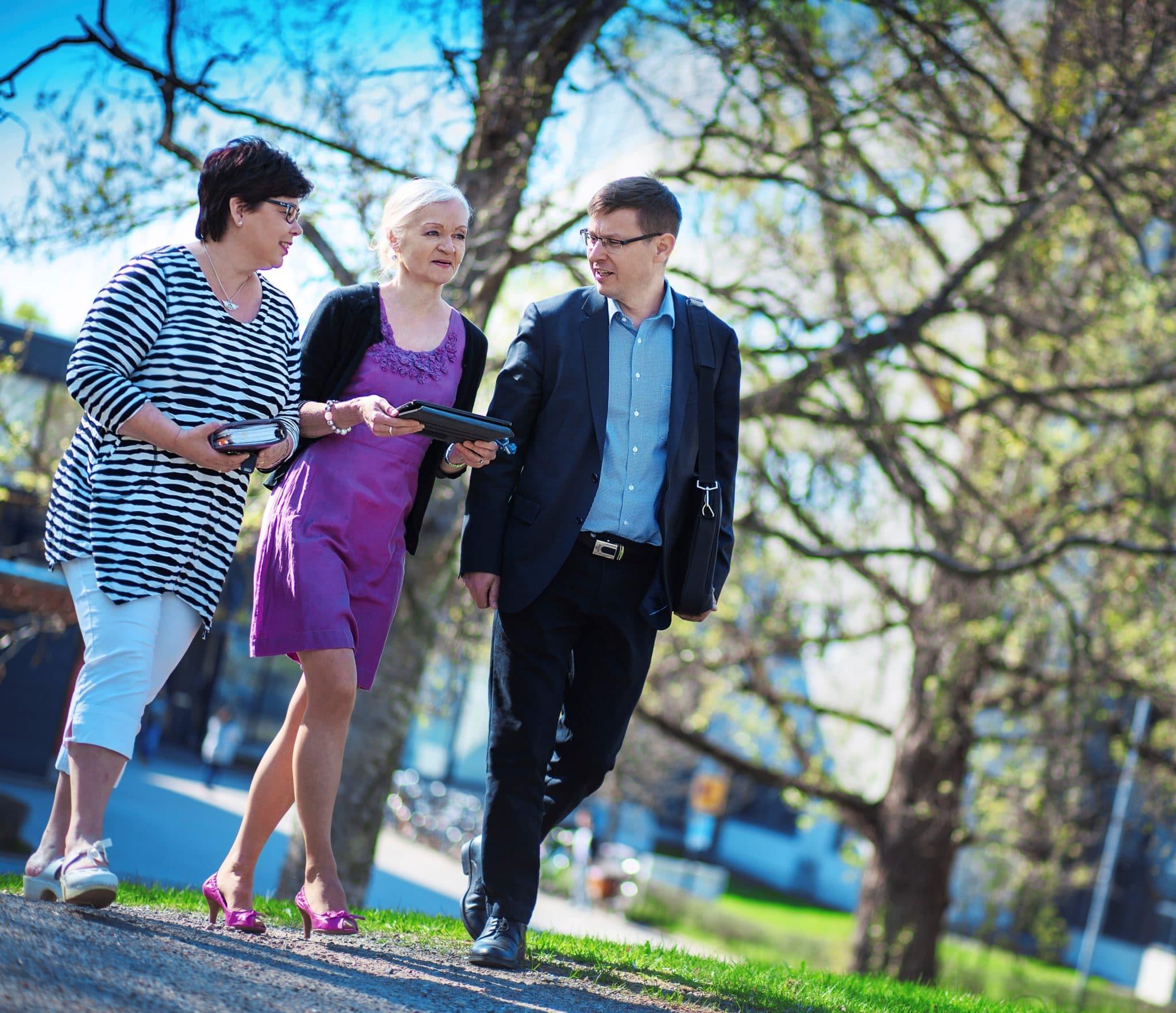 Oppilaitoshyvinvoinnin erikoistumiskoulutus - kolme ihmistä kävelee