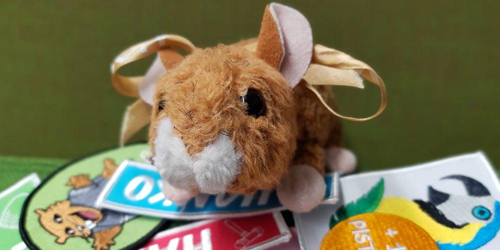 HAMKOn maskotti hamsteri haalarimerkkien päällä