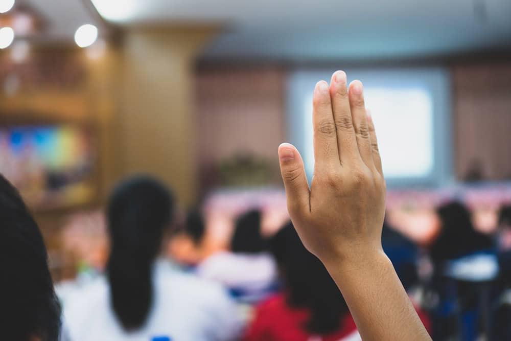 viittaava käsi luokassa