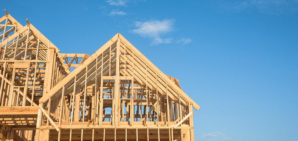 puurakenteinen talo rakenteilla
