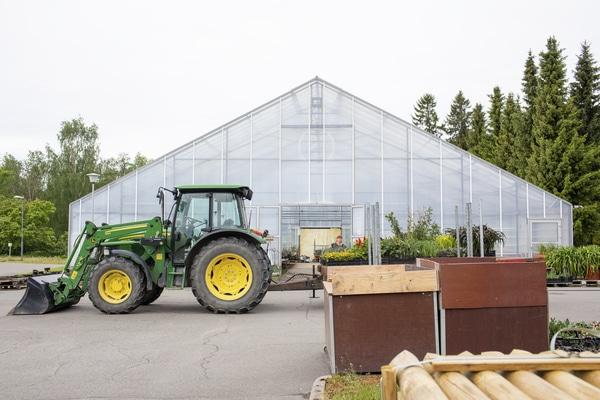 Kasvihuone ja traktori Lepaalla