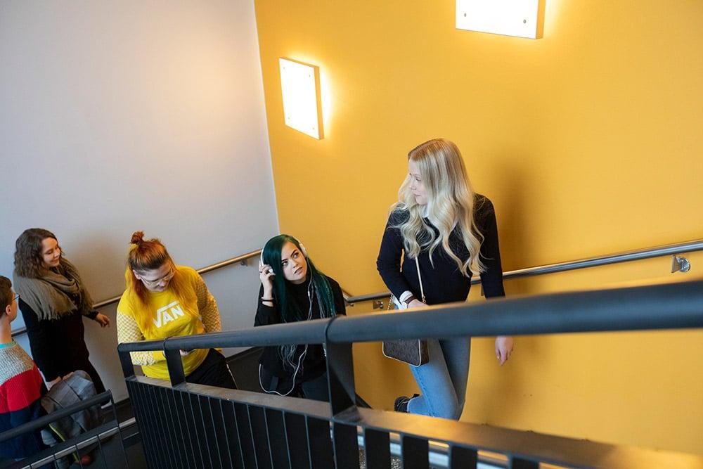 nuoria opiskelijoita portaissa