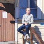 Timo Haapaniemi istuu portaiden kaiteella