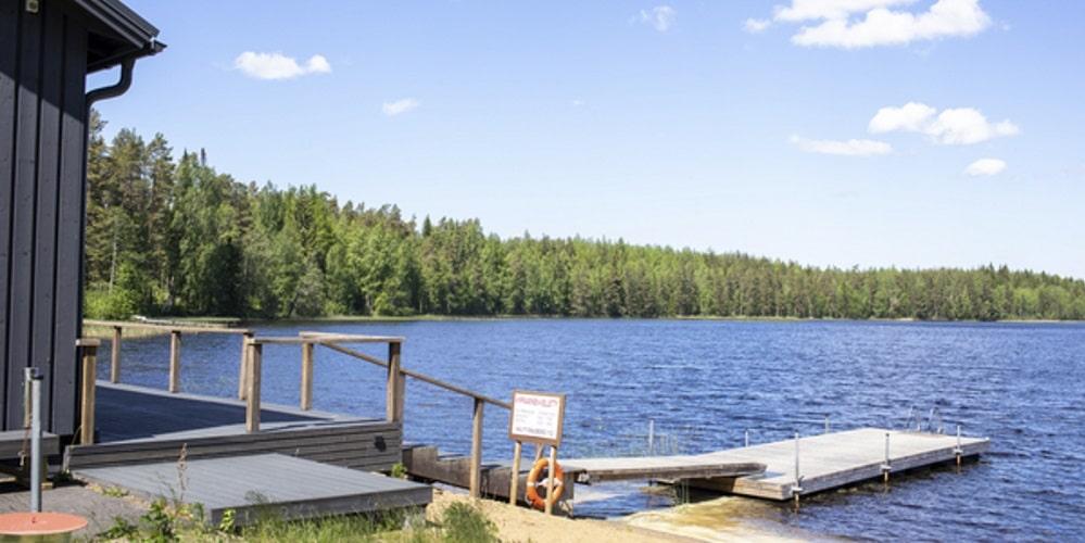 laituri järven rannalla