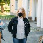 kolme opiskelijaa maski kasvoilla