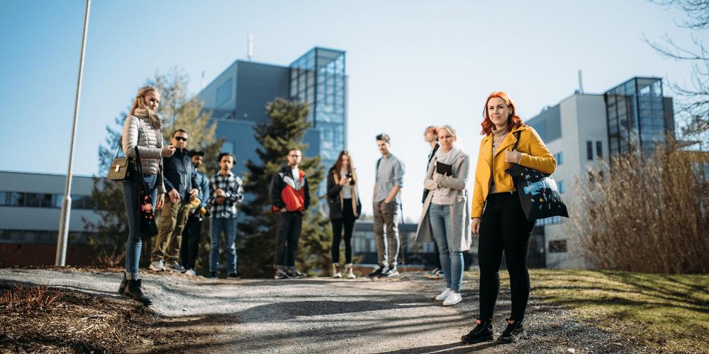 Opiskelijoita kampuksen pihalla