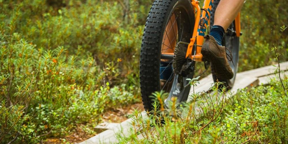 Maastopyörä pitkospuilla