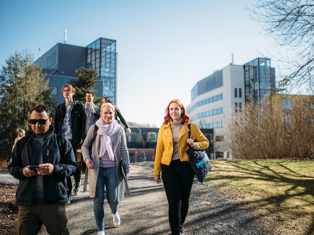 Opiskelijat kävelevät Hämeenlinnan kampuksen edessä.