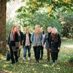 Opiskelijat kävelevät puistossa