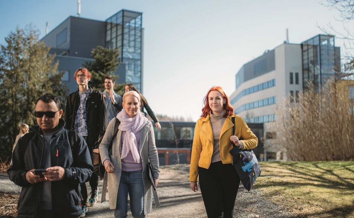 Opiskelijat kampuksella